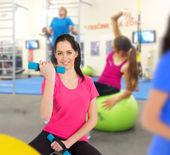 Женщина, обучение в фитнес-клуб — Стоковое фото