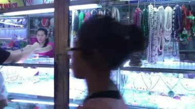 People buy jewelry at Ben Thanh market, Saigon — Stock Video