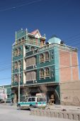 Architecture of Bolivia. Tipical building in Uyuni — Stock Photo