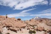 Tourists explore Ollague Volcano, Uyuni, Bolivia — Stock Photo