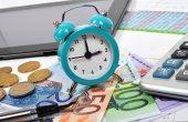 Часы и европейские деньги — Стоковое фото