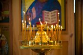 Altar with lighted candles in the church — ストック写真