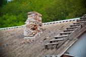 старый дымоход на крыше дома — Стоковое фото