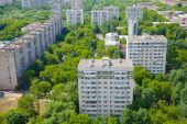 Residential area in a clean area of the city. Dwelling houses among the trees — Stock Photo