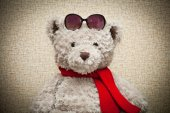 Teddy bear in a red scarf and sunglasses — Stock Photo