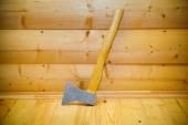 Rustikale Ax in der sauna — Stockfoto