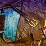 Moda: chaqueta, pantalones vaqueros azules, una correa con una hebilla de oro, reloj de cuero. Foto tonos en amarillo y morado — Foto de Stock   #65201771