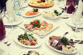 Festliga bord av sallader och förrätter — Stockfoto