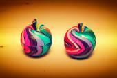 Dekorativní ovoce jablka, ze dřeva a ručně malované barvami. Moderní umění, ruční práce. — Stock fotografie