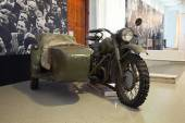 """Moscow - March 7: Moscow State Exhibition Hall """"New Manege"""", the exhibition """"Remember"""". Military motorcycle with a sidecar World War II, Russia, Moscow, March 7, 2015 — Foto Stock"""