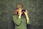 Mädchen im Schiffchen während des zweiten Weltkrieges, Blick durchs Fernglas. Vintage-Stil. Tag des Sieges am 9. Mai. — Stockfoto