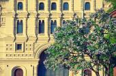 Blooming lilac bush on the background of the historic building of GUM in Moscow — Stock Photo