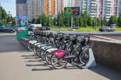 MOSCOW, RUSSIA - JUNE 25, 2015: Bicycle rental on Michurinsk the prospectus. Bike rental program of Sberbank of Russia — Stock Photo