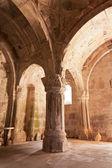 La sala principal con columnas en el monasterio makaravank en armenia — Foto de Stock