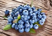 Blueberries over old wooden table. — Foto Stock