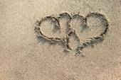 Two hearts written on the sand. — Zdjęcie stockowe