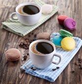 чашка кофе и французский макарон. — Стоковое фото
