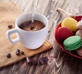 Kopp kaffe och franska macaron. — Stockfoto