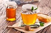Glass cans full of honey. — Stock Photo