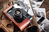 Old rangefinder camera and black-and-white photos. — Stock Photo