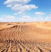Utwory samochodów na piasku na pustyni. — Zdjęcie stockowe