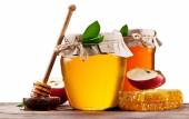 Glass cans full of honey, apples and honeycombs on wood. Clippin — Stock Photo