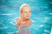 Fashion portrait of beautiful and sexy women in pool — Stockfoto
