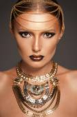 Portrait of a beautyful woman with golden makeup wearing jewelry, Egyptian Style Woman — Stock Photo