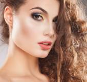 Portrait of an young girl with beautiful make-up and curly hair — Stockfoto