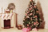 Decorated xmas tree with gift — Stock Photo