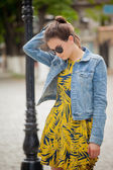 Fashion portrait stylish pretty woman in sunglasses posing in the city — Stock Photo