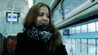 Giovane donna che viaggia in treno — Video Stock