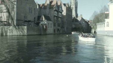 Boats with people in Bruges — Stock Video