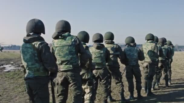 Soldados esperan una orden — Vídeo de stock