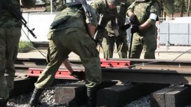 Soldiers with ak-47 and wrenches — Vídeo stock