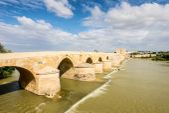 Old Roman bridge over the Guadalquivir River in Cordoba, Spain — Stock Photo