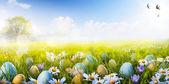 Kunst kleurrijke paaseieren versierd met bloemen in het gras op — Stockfoto