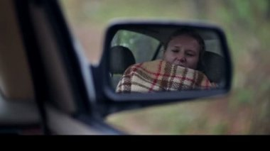 Woman wake-up in car — Stock Video