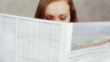 Woman reading newspaper — Stock Video