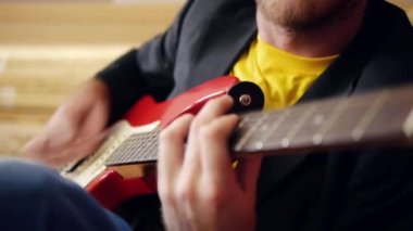 Male hands on guitar — Stock Video