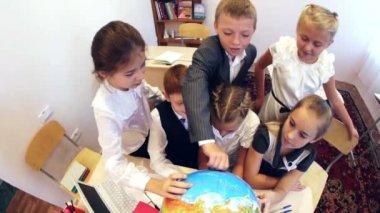 Schoolchildren learning geography — Stock Video