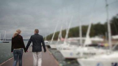Couple walking on pier — Stock Video