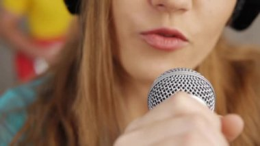 Woman singing song — Wideo stockowe