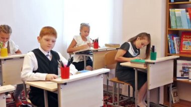 Children painting in classroom — ストックビデオ