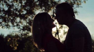 Casal apaixonado beijando — Vídeo stock