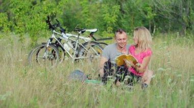 Couple holding books — Stock Video