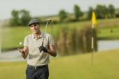 Joven jugando al golf — Foto de Stock