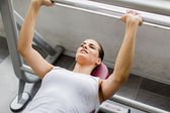 женщина обучение в тренажерном зале — Стоковое фото