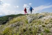 Młoda para piesze wycieczki w góry — Zdjęcie stockowe