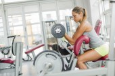 女性のジムでトレーニング — ストック写真